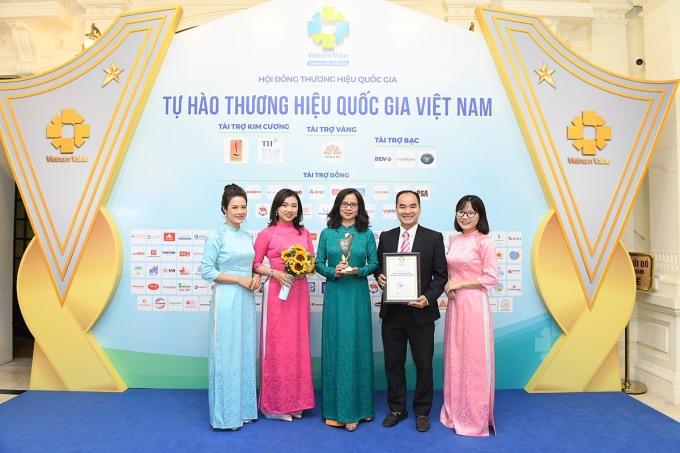 Bà Nguyễn Thị Lê Hương, Thành viên HĐQT, PTGĐ, đại diện cho công ty lên nhận danh hiệu năm nay.