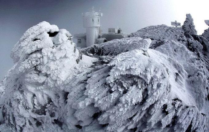 Mount Washington nằm trong vùng khí hậu ôn hòa nhưng mang đầy đủ đặc điểm của vùng Bắc Cực. Cực lạnh, tuyết rơi quanh năm, sương mù dày đặc, mọi nơi phủ băng và gió mạnh là những gì du khách được nghe về khu vực này. Đỉnh núi chỉ cao 1.900 m, nhưng nó quanh năm phải hứng chịu những thời tiết khắc nghiệt nhất hành tinh, mức độ khủng khiếp có thể so sánh với những gì du khách phải chịu đựng ở đỉnh Everest (cao 8.48m) hay Nam Cực.
