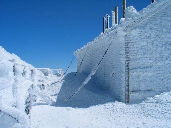 Trong gần 60 năm, đỉnh núi đã giữ kỷ lục thế giới về nơi có trận gió giật nhanh và mạnh nhất từng được ghi nhận trên bề mặt Trái Đất. Đó là ngày 12/4/1934. Kỷ lục này bị lật đổ hai năm sau tại Australia. Tòa nhà chính của Đài quan sát Mount Washington được xây trên đỉnh núi vào năm 1932 và chúng được gắn chặt với mặt đất bởi những sợi dây xích, đề phòng bị gió lớn thổi bay.