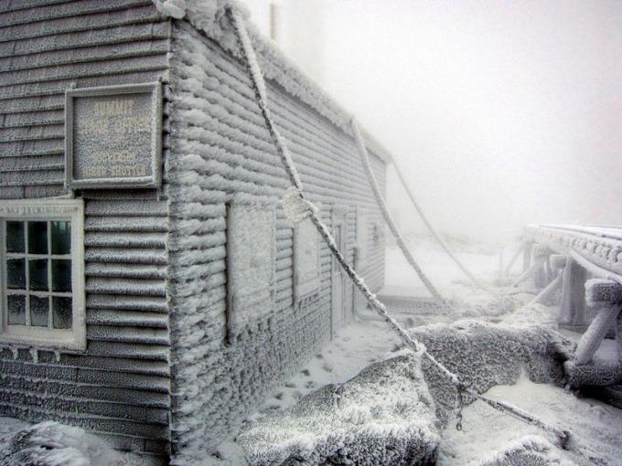 [Nằm ở bang New Hampshire, Mount Washington là đỉnh cao nhất ở đông bắc đất nước và là ngọn núi nổi bật nhất phía đông sông Mississippi. Trước khi người châu Âu đến định cư, người bản xứ gọi ngọn núi là Agiocochook (nhà của các vị thần vĩ đại) hoặc Waumbik (Những tảng đá trắng, chỉ nơi đây thường xuyên bị bao phủ bởi tuyết).