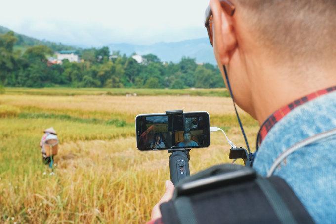 Với tour đi bộ ngắm cảnh, Hoàng còn chụp ảnh phong cảnh để làm quà lưu niệm cho khách.
