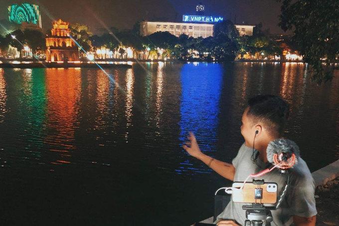 Cảnh Tháp Rùa, bưu điện Hà Nội in bóng xuống hồ Gươm vào buổi tối được nhiều khách khen ngợi.