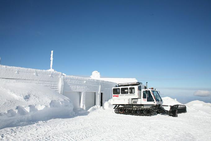 Núi cũng có lượng mưa lớn. Tuyết rơi hàng ngày, trung bình hơn 711 cm một năm. Tháng 2/1969, một lượng tuyết dày kỷ lục 125 cm đã rơi trong 24 giờ. Ảnh: Wall Street Journal