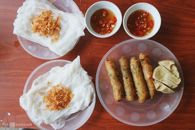 Đến Hà Tĩnh, du khách dễ dàng bắt gặp những quán ăn nhỏ với biển hiệu Ram - Bánh mướt. Đây là món ăn phổ biến, thường được ăn vào buổi sáng. Ram là từ dùng để chỉ món tương tự như nem rán, bánh mướt là cách gọi khác của từ bánh cuốn hoặc bánh ướt.