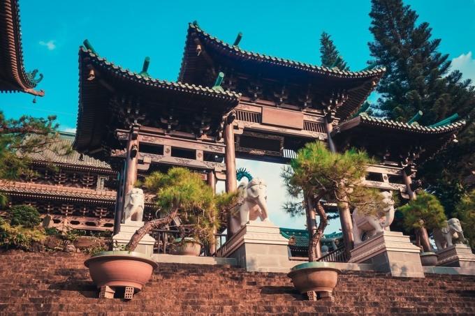 Chùa Minh Thành toạ lạc ở số 348 đường Nguyễn Viết Xuân, phường Hội Phú, cách thành phố Pleiku tầm 2km. Ngôi chùa tạo ấn tượng bởi lối kiến trúc kết hợp từ chùa Trung Quốc và những ngôi đến Nhật Bản. Ảnh: Paha1205