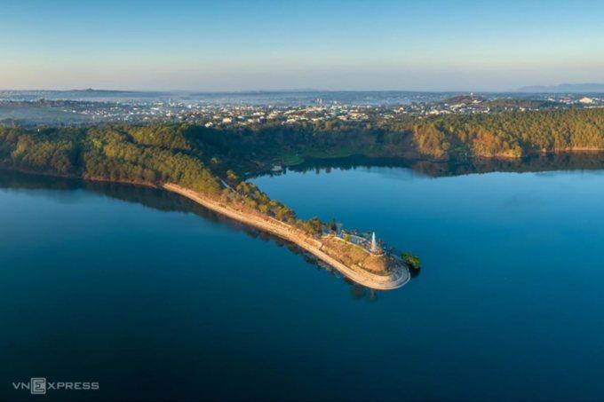 Nhắc tới Pleiku không thể không nhắc đến Biển Hồ TNưng như một biểu tượng. Nằm cách trung tâm thành phố Pleiku khoảng 7km theo hướng Tây Bắc, cái tên TNưng hay còn được gọi là Tơ Nưng hoặc Tơ Nuêng, có nghĩa là biển trên núi, khi có gió to, mặt hồ thường tạo sóng nên mới gọi là Biển Hồ. Ảnh: Phan Nguyên