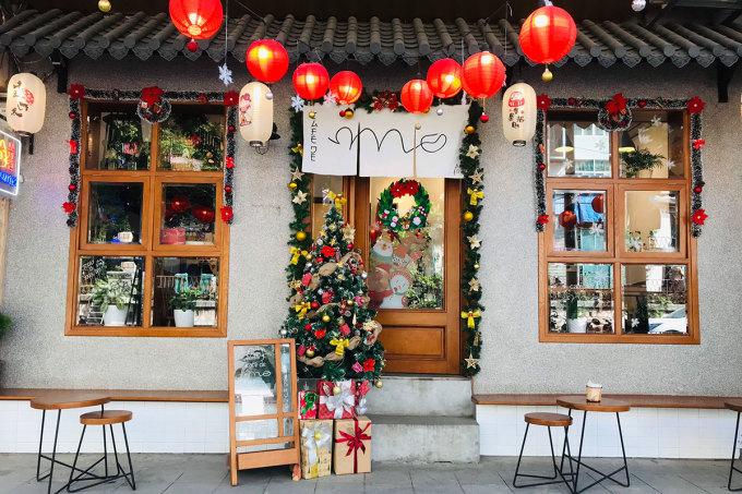 Cafe de Mo  Với không gian theo phong cách Nhật Bản gồm đèn lồng, rèm vải treo..., mặt trước quán được rất nhiều khách check-in. Không gian bên trong ấm cúng, gồm một tầng gác xép với bàn trệt nhỏ. Hầu hết đồ trang trí tại đây được chủ quán và nhân viên tự làm thủ công, nhằm mang lại sự gần gũi, thân thiện cho khách hàng. Địa chỉ tại 151 Phùng Hưng, giá đồ uống từ 25.000 – 60.000 đồng. Trong mùa lễ hội cuối năm, quán ưu đãi combo bánh và 2 thức uống với giá 99.000 đồng. Ảnh: Thu Trang