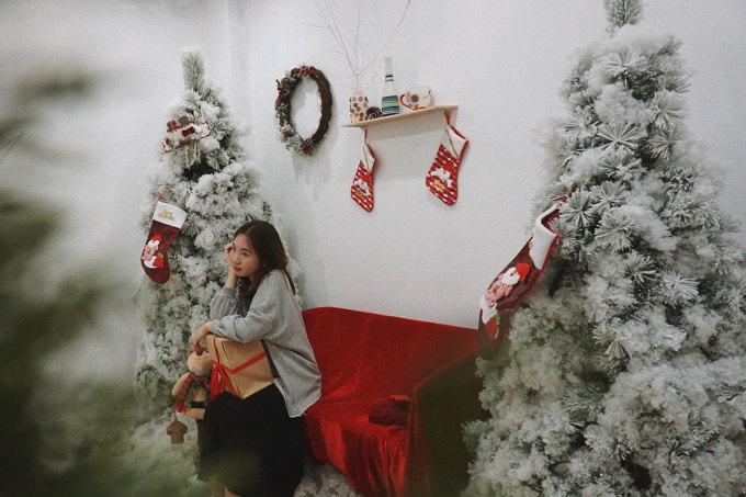 EM Rooftop Coffee  Quán chuẩn bị 3 khu vực khác nhau cho khách đến chụp ảnh Giáng Sinh. Một góc với tông màu đỏ, một góc dùng tông màu nâu trầm và một căn phòng nhỏ màu đỏ trắng, được rải bông bên dưới sàn. Du khách đến quán có thể thuê thêm quần áo để chụp ảnh. Quán khá đông khách vào các chiều trong tuần và ngày cuối tuần nên nếu muốn có những bức hình đẹp, bạn nên đến vào buổi sáng. Địa chỉ quán tại tầng 8, số 126 Hoàng Ngân, thức uống giá từ 30.000 - 55.000 đồng. Ảnh: Ngân Dương