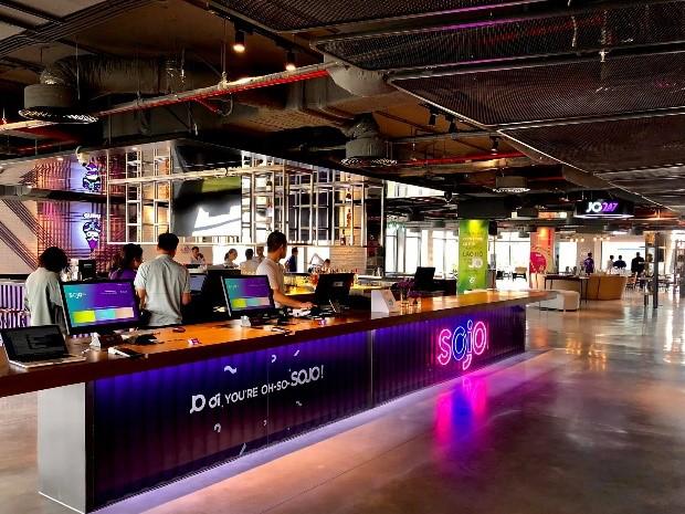 JO247 bar với không gian mở kết hợp giữa nhà hàng, sảnh khách sạn, co-working hiện đại và quầy bar thư thái. Ảnh: Sojo Hotels.