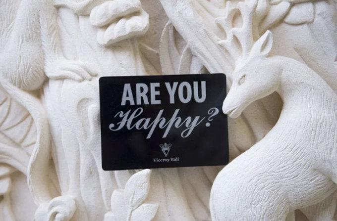 Nhiều khách sạn thành viên của Small Luxury Hotels lại cố tình trang bị cho phòng của mình những món đồ kỳ lạ, hấp dẫn mà họ biết rằng khách sẽ mang về nhà. Tại Viceroy Bali, tấm biển Bạn có hạnh phúc không được đặt trong phòng để khuyến khích khách yêu cầu khách sạn bất kỳ thứ gì họ cần. Và tấm biển này cũng thường biến mất sau khi khách trả phòng. Ảnh: SCMP