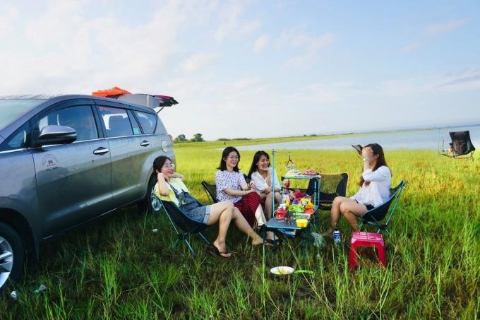 Người cắm trại thường đi bằng xe riêng. Trong trường hợp thuê xe, phương tiện phải có đủ giấy phép về quy định vận tải. Ảnh: Thanh Sang