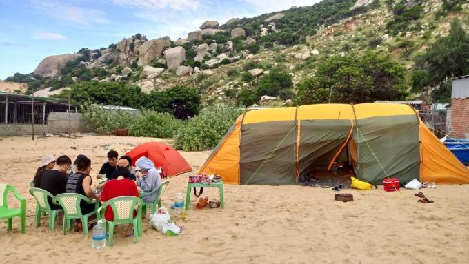 Cắm trại được nhiều người lựa chọn là hình thức du lịch trong thời gian dịch bệnh. Ảnh: Trung Van Nguyen