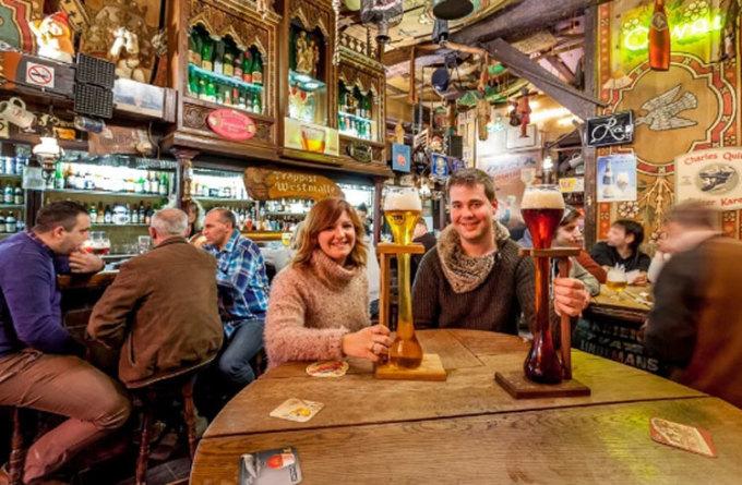 Tại Dulle Griet, nếu không muốn đi chân đất về nhà, bạn phải trả lại quán những cốc bia được thiết kế đặc biệt như trên ảnh. Ảnh: SCMP