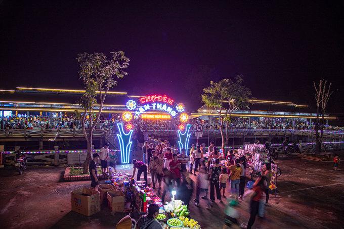 Khách đến chợ đêm San Thàng lúc khoảng 19h. Ảnh: Hồng Thủy