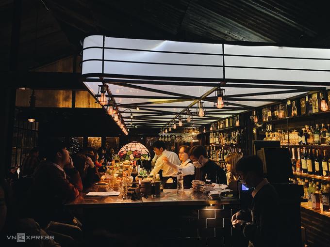 Léon Bar mang phong cách retro đậm dấu ấn điện ảnh.