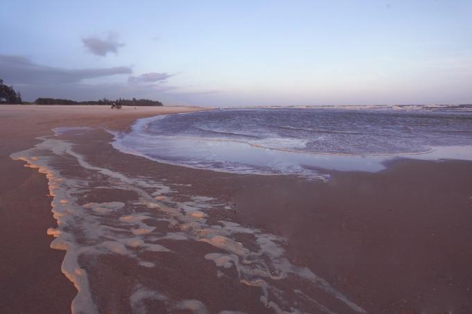 Biển Suối Ồ nằm cách chợ Bình Châu khoảng 3 km, trên đường hướng về suối nước nóng Bình Châu. Biển nơi đây thanh bình và ít có sóng lớn, bờ cát bằng phẳng, không có đá ngầm, hợp với những gia đình có người già và trẻ nhỏ. Một điểm đặc biệt của biển Suối Ồ là những mỏm cát thoai thoải chườn ra giữa biển, tạo thành những ốc đảo nhỏ vây quanh bởi sóng và biển chứ không thẳng tắp như những bờ biển khác.
