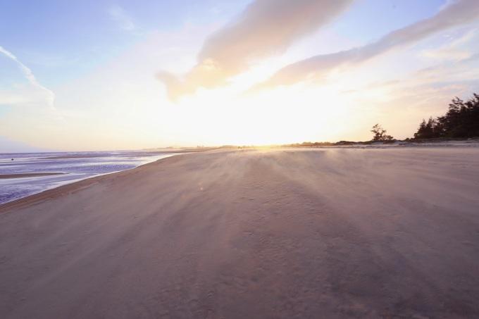 Vào buổi chiều, du khách có thể ghé thăm biển Suối Ồ ngắm hoàng hôn, tận hưởng cảm giác mát mẻ