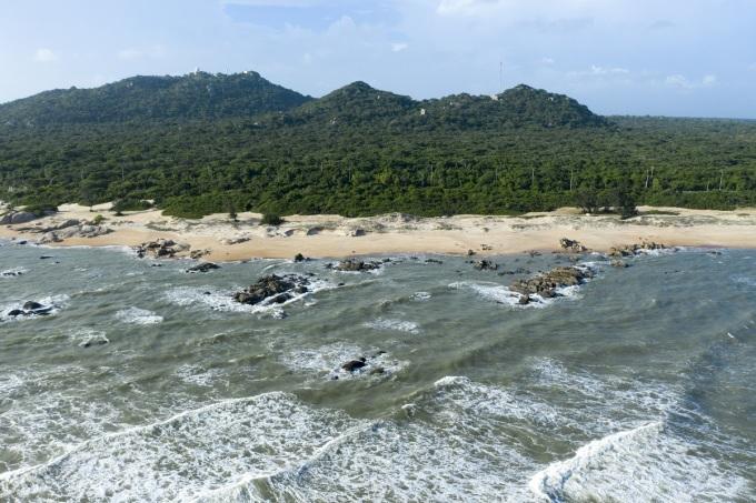 Cung đường ven biển Hồ Tràm để lại ấn tượng trong lòng người dân địa phương và du khách nhờ vẻ đẹp thiên nhiên ban tặng, một bên là rừng cây xanh rợp bóng mát rượi, một bên là bãi biển xanh trong, sóng vỗ rì rào.Hồ Tràm nằm trên cung đường từ TP HCM đến Bình Thuận. Tuy nhiên do thói quen và thuận tiện, hiếm ai chọn đi đường ven biển vì xa. Vì lẽ đó, không ít người đã vô tình bỏ lỡ vẻ đẹp nguyên sơ nơi đây. Biển Hồ Tràm không trong vắt màu trời như biển miền Trung, nhưng lại mang dáng vẻ riêng với bờ cát trắng trải dài cùng những dải đá màu đen, lấp ló sau từng đợt sóng bạc đầu.