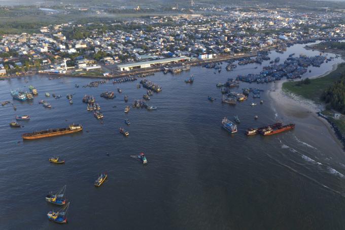 Từ biển Suối Ồ thẳng về hướng chợ Bình Châu sẽ đi ngang qua khu vực cảng Bình Châu. Nơi đây vừa là điểm tập kết buôn bán hải sản, vừa là chỗ trú ẩn cho hàng loạt tàu thuyền đánh cá tránh bão.