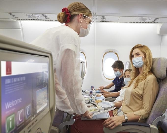 Du khách đi máy bay hiện nay đều phải đeo khẩu trang, hạn chế lây nhiễm Covid-19. Ảnh: Emirates