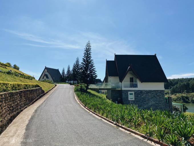 Resort được xây dựng theo phong cách một ngôi làng châu Âu với những villa tách biệt. Khu nhà tại đây vận dụng kiến trúc bản địa với biệt thự kiểu châu Âu. Du khách đến đây được tận hưởng không gian yên ắng, thanh bình với cảnh non nước thơ mộng.