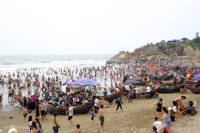 Sầm Sơn (Thanh Hoá) chính là điểm đến được người Việt tìm kiếm nhiều thứ 9 trong năm 2020. Biển Sầm Sơn nổi tiếng với bãi tắm đẹp, sóng mạnh, bờ cát dài, phẳng mịn. Vào mùa du lịch từ tháng 5 đến tháng 7 hàng năm, Sầm Sơn chào đón hàng triệu lượt khách từ khắp nơi tới tham quan và nghỉ dưỡng. Năm nay do ảnh hưởng của Covid-19, bãi biển này đông khách nhờ đáp ứng được nhu cầu du lịch ngắn ngày, tự túc của du khách. Ảnh: Khánh Trần