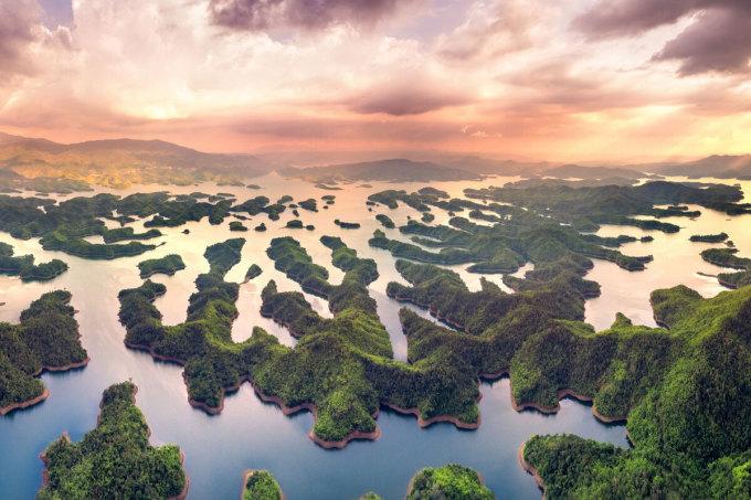 Cái tên tiếp theo xuất hiện trong danh sách chính là Tà Đùng, Đắk Nông. Tà Đùng là một trong những địa điểm lý tưởng cho những ai yêu thích và khám phá thiên nhiên nguyên sơ, nhờ phong cảnh được ví như vịnh xanh giữa núi rừng. Nơi đây có diện tích hơn 20.000 ha, với hơn 36 đảo lớn nhỏ. Cách TP HCM 6 giờ di chuyển bằng ôtô, điểm đến này lý tưởng cho trải nghiệm cắm trại qua đêm. Ảnh: Nguyen Quang Ngoc Tonkin/Shutterstock
