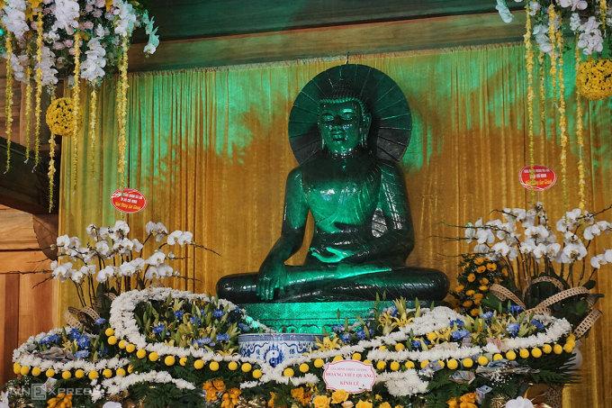 Pho tượng Phật ngọc tại tòa thượng điện. Ảnh: Ngân Dương