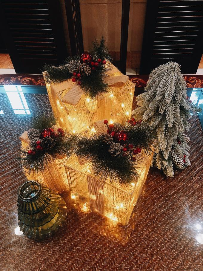Các vật dụng trang trí và đèn được thắp sáng khắp nơi trong khách sạn.
