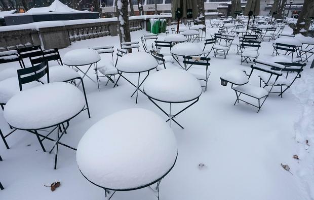 Hàng loạt nhà hàng tại New York phải tạm ngừng kinh doanh vì bão tuyết. Ảnh: AFP