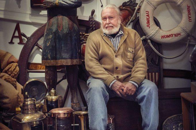 Trong nửa thế kỷ, nhiếp ảnh gia từng đoạt giải thưởng Mark Gubin (ảnh) cộng tác với nhiều tạp chí nổi tiếng như Time và Life. Ông thường chụp những cảnh quan kỳ lạ và kỳ quan thiên nhiên, đi đến những nơi xa xôi trên thế giới. Hiện giờ, ông đã về hưu và sống tại thành phố Milwaukee, bang Wisconsin. Khi rảnh rỗi, người đàn ông gần 70 tuổi này thường đi dạo khắp nơi thành phố, bỏ lại các thiết bị chụp ảnh chuyên nghiệp trong túi. Gubin mang theo người một chiếc máy ảnh Leica cũ không có khả năng tự động lấy nét, ống zoom hay bất kỳ thứ kỹ thuật số nào để chụp ảnh.