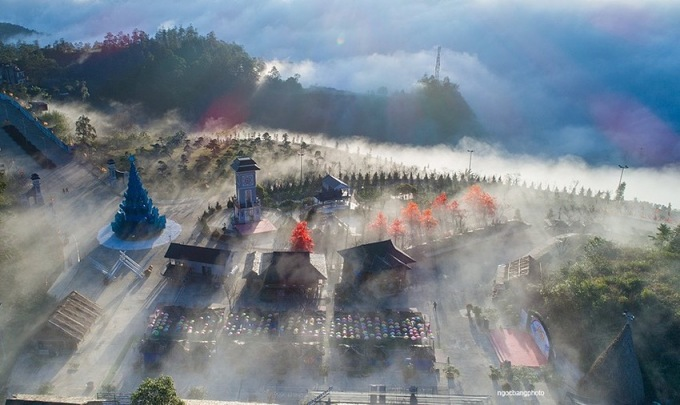 Với chủ đề Thiên đường tuyết rơi, khu du lịch kiến tạo một điểm nhấn độc đáo là ngôi làng tuyết lãng mạn rộng 1.000 m2 ngay khu vực chợ dân tộc tại ga đi cáp treo. Lấy cảm hứng từ ngôi làng cổ Shirakawa-go ở Nhật Bản, không gian khu chợ vùng cao nhộp nhịp quen thuộc với những căn nhà sàn, những mái nhà gỗ xếp lớp đậm chất Tây Bắc đã được biến hóa thành những mái nhà phủ dầy tuyết trắng, gợi nhắc vẻ đẹp tuyệt diệu của làng, bản Sa Pa trong những ngày tuyết rơi.