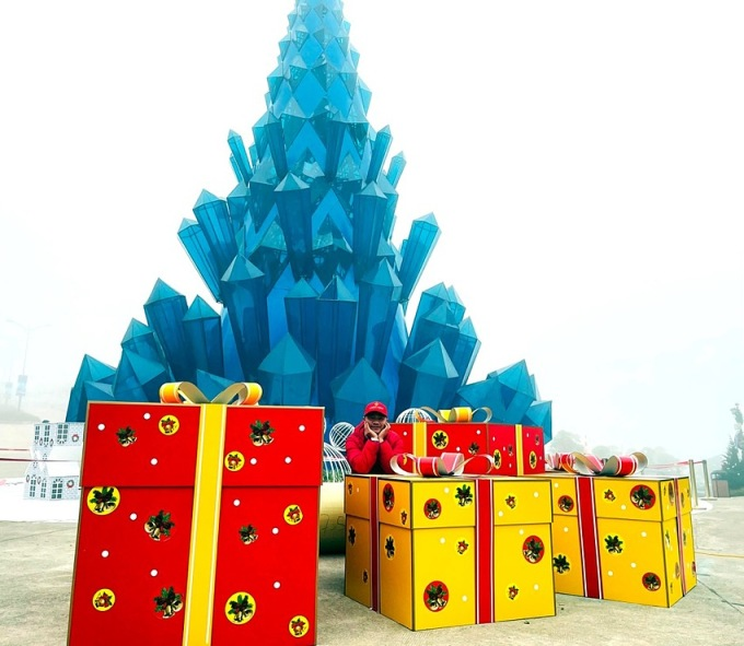 Ngay trung tâm lễ hội là tháp pha lê cao 18 m, xung quanh xếp chồng những hộp quà khổng lồ cao hơn đầu người với đủ sắc màu sặc sỡ. Lẫn trong những hộp quà là một ngôi làng Bắc Âu thu nhỏ xinh xắn. Nơi đây sẽ trở thành địa điểm chụp ảnh yêu thích của các tín đồ sống ảo.