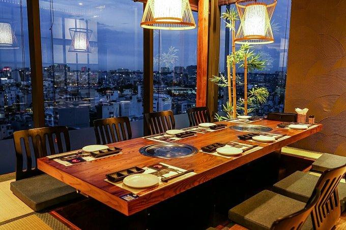 Nhiều nhà hàng view trên cao vẫn còn trống bàn dịp giao thừa. Ảnh: Kokugyu