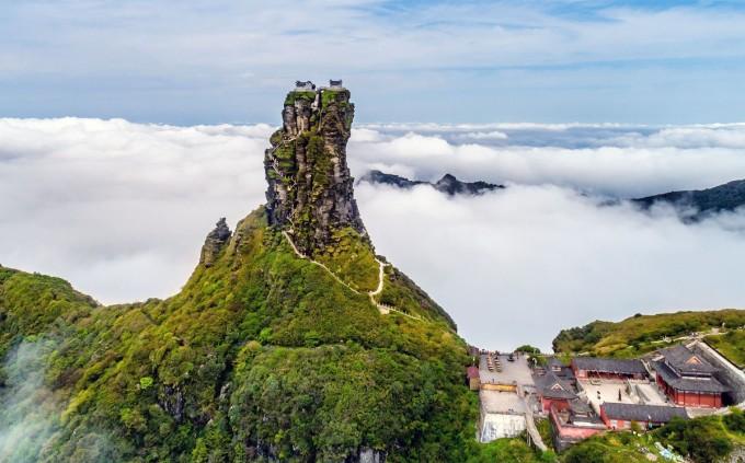 Nằm trên Phạm Tịnh Sơn (Fanjingshan) tỉnh Quý Châu, Trung Quốc là hai ngôi đền nhỏ được xây dựng trên đỉnh một chóp đá chẻ đôi. Chóp đá chẻ tự nhiên này có tên gọi là Hồng Vân Kim Đỉnh (nghĩa là đỉnh núi vàng mây đỏ). Ảnh: Costfoto/Barcroft Media