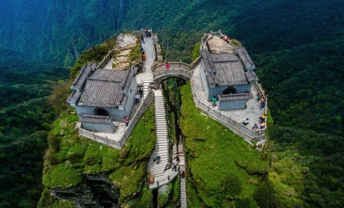 Ngôi đền nằm về phía nam thờ Phật Thích Ca Mâu Ni - tượng trưng cho hiện tại, ngôi đền còn lại ở phía bắc thờ Phật Di Lặc, vị Phật cuối cùng kế nhiệm Phật Thích Ca Mâu Ni, và đại diện cho tương lai. Ảnh: Costfoto/Barcroft Media