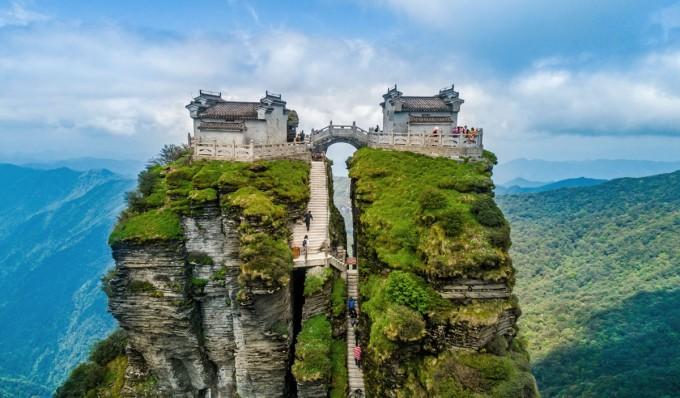 Hai ngôi đền Phật giáo đã nằm ở trên đó hơn 500 năm từ thời nhà Minh, nối với nhau bằng một cây cầu hình vòm qua hẻm Kiếm Vàng, xung quanh là thiên nhiên hùng vĩ. Ảnh: Costfoto/Barcroft Media