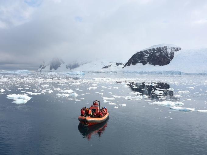Ngày 21/12, một cơ sở nghiên cứu của Chile ở Nam Cực đã báo cáo những ca nhiễm nCoV đầu tiên trên lục địa xa xôi. Trong nhiều tháng, châu lục cuối cùng trên thế giới vẫn miễn nhiễm với virus nCoV, và cuộc sống của các nhà nghiên cứu vẫn diễn ra bình thường như trước đại dịch. Đó là một cuộc sống với thời tiết băng giá, mùa đông tối tăm và mọi sinh hoạt diễn ra không hề dễ dàng. Ảnh: Alexandre Meneghini/Reuters