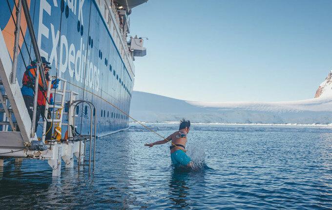 Nam Cực cũng là điểm đến yêu thích của ngày càng nhiều du khách đam mê khám phá, mạo hiểm trước đại dịch. Tùy thuộc vào số ngày trong hành trình, chuyến đi sẽ có giá khác nhau, từ 4.000 USD đến 20.000 USD (giá này là chi phí tour từ một trong các thành phố xuất phát, chưa gồm chi phí di chuyển, visa, ăn và ở trước sau chuyến đi). Trên ảnh là Nguyễn Duy Anh, một du khách Việt tham gia thử thách tắm biển ở nhiệt độ âm độ C tại Nam Cực vào tháng 12/2019. Ảnh: Nguyễn Duy Anh