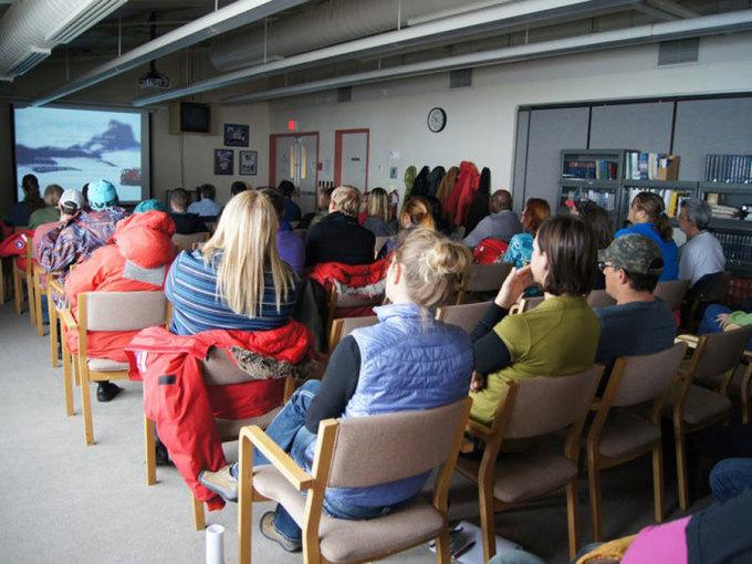 Bên cạnh đó, các nhà khoa học cũng phải tham gia vào các khóa học về an toàn và sinh tồn truowcs khi rời trạm nghiên cứu để đi làm hoặc giải trí. Trên ảnh, Những người tham gia Chương trình Nam Cực của Hoa Kỳ tại một lớp học an toàn thực địa trong lớp học Phòng thí nghiệm Danh dự của Trạm McMurdoDù thực địa là gì, các nhà khoa học cũng có thể gặp phải những trở ngại đầy thách thức.Jenny Blamey, giám đốc nghiên cứu của Biosciences Foundation ở Chile, nói với AP: Bạn không cần phải là một nhà khoa học tên lửa để quan sát xung quanh và xem môi trường này khắc nghiệt như thế nào.Ví dụ, vào năm 2018, năm nhà nghiên cứu Hoa Kỳ đã bị mắc kẹt trên một hòn đảo ngoài khơi Nam Cực do điều kiện thời tiết. May mắn thay, một tàu phá băng của Argentina đã giải cứu họ vài giờ sau đó.Ngoài ra còn có các khóa học về an toàn và sinh tồn mà người Mỹ phải hoàn thành trước khi rời trạm nghiên cứu của họ để làm việc hoặc giải trí.