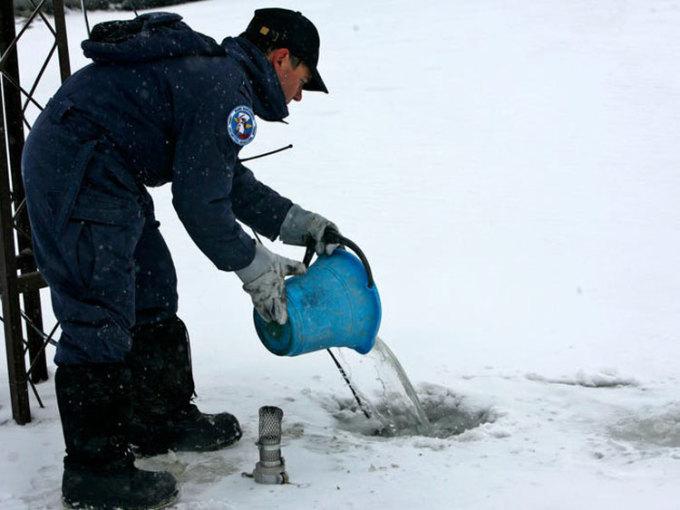 Nước cũng là một nguồn tài nguyên quý giá trên lục địa. Họ phải làm tan tuyết vào mùa đông. Còn mùa hè, họ dùng các đường ống để lấy nước từ các đầm phá nhân tạo chứa nước do tuyết tan. Ảnh: Enrique Marcarian/AP