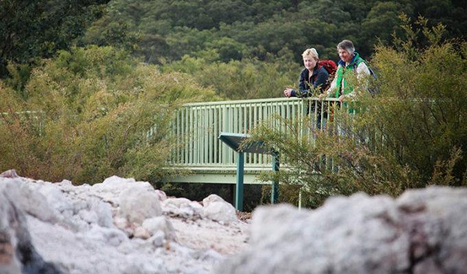 Đài quan sát đặt trên một điểm cao của con đường đi bộ lên núi để du khách ngắm nhìn khu bảo tồn. Ảnh: National Parks and Wildlife Service