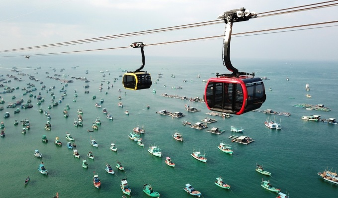 Hon Thom cable car with a length of 7899.9m allows visitors to admire the beauty of the pearl island from above.  PLEASE NAME OF PHOTO PERSONNEL.