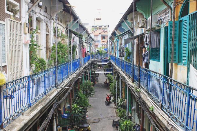 Tầng trên của khu dân cư trong hẻm là khu vực treo bảng thông báo cấm khách quay phim, chụp hình. Ảnh: _xtullll_/Instagram