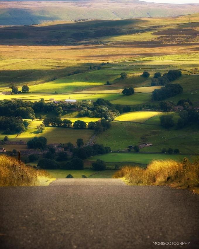 Scott theo đuổi nhiếp ảnh suốt 8 năm qua. Bộ ảnh về quê hương của ông khiến người xem ví Yorkshire như vùng đất riêng của Chúa.