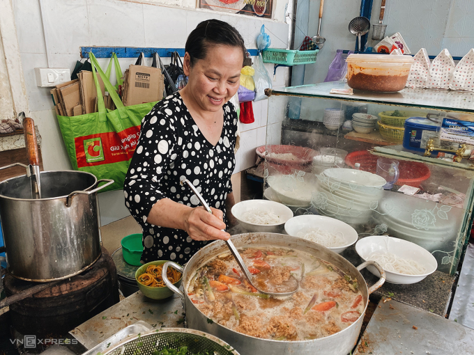 Aunt Canh's biological daughter is the shop's second life.