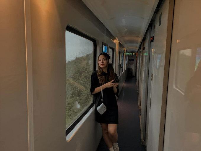 Gần đây, các bộ ảnh chụp trên tàu đang thu hút sự quan tâm của nhiều bạn trẻ trên các cộng đồng du lịch. Những khung hình đậm chất cổ điển nhận được nhiều lời khen như Không ngờ đẹp vậy luôn, Đẹp quá, góc chụp rất Tây...