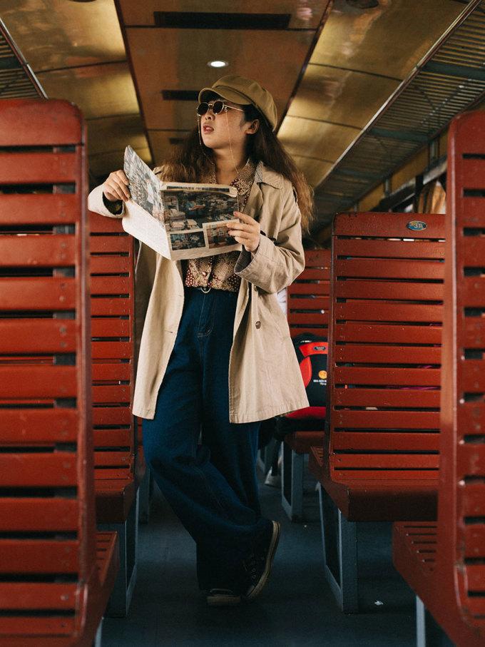 Nếu là một cô gái thích chụp ảnh giống mình thì đừng quên mặc outfit thật xinh, gợi ý mọi người có thể mặc theo phong cách vintage retro và chụp hình ở khoang ghế cứng. Mang thêm một chút phụ kiện làm đạo cụ như sách báo, kính, hoa quả...nữa.