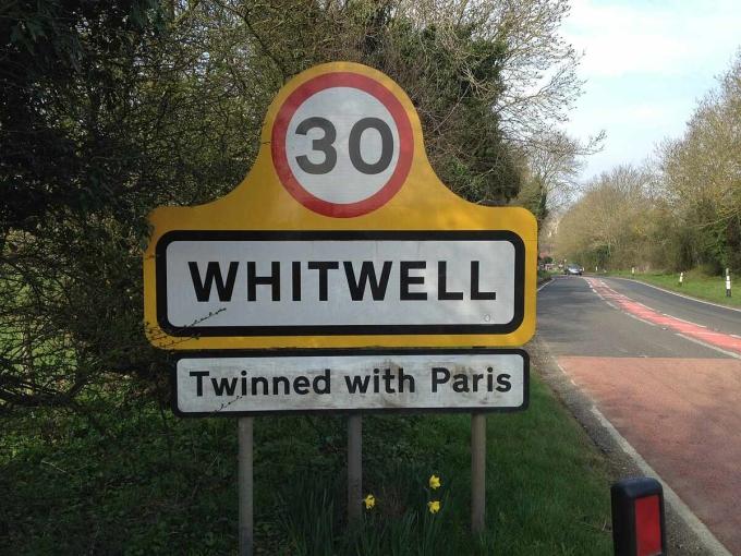 Biển báo đánh dấu địa phận Làng Whitwell, sinh đôi với Paris. Ảnh: Pitch Up