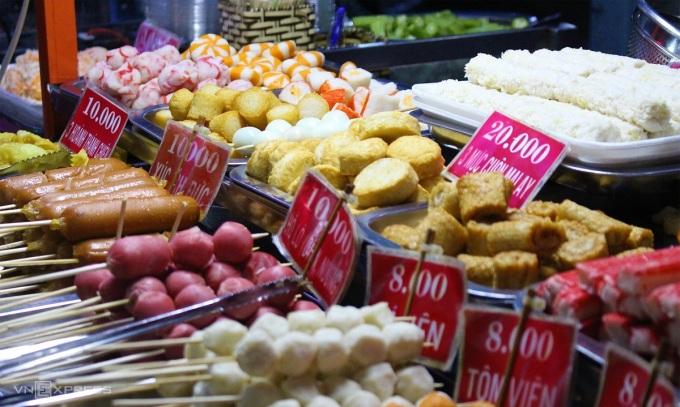 Tín đồ các món chiên không thể bỏ qua các gian hàng chả viên: cá viên, tôm viên, bò viên, mực viên, xúc xích, hoành thánh chiên dọc phố ẩm thực. Các gian hàng thường có hơn 15 món đồ chiên các loại, như một tiệc buffet thu nhỏ với giá từ 8.000 đến 20.000 đồng/món.